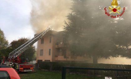 Tetto prende fuoco a Cornaredo, anziana in salvo FOTO e VIDEO