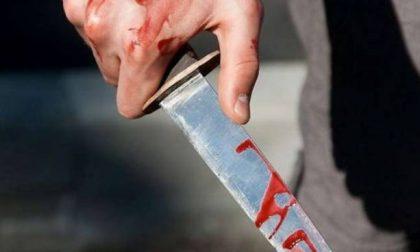 """""""Mi hanno accoltellato"""": scende dal treno pieno di sangue"""