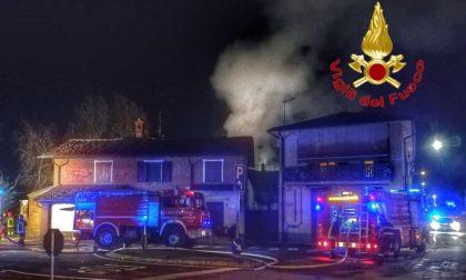 Gaggiano, vasto incendio in una cascina di Vigano