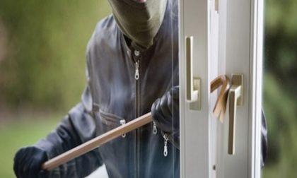 Rientra a casa con i bambini e scopre il furto