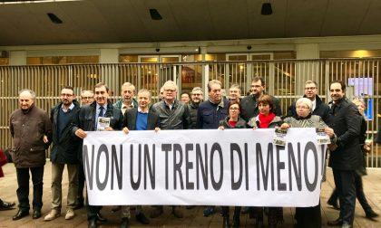 Treni, protesta del Pd davanti al Pirellone FOTO