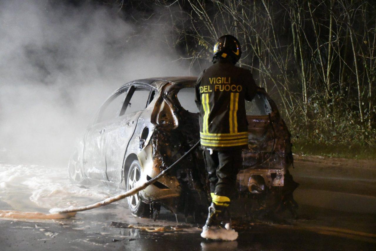 Settimo Milanese, auto in fiamme in via Di Vittorio