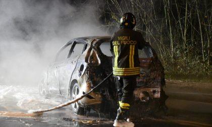 Auto in fiamme a Settimo Milanese - FOTO E VIDEO