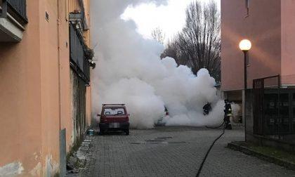 Auto in fiamme a Legnano, paura in un cortile FOTO