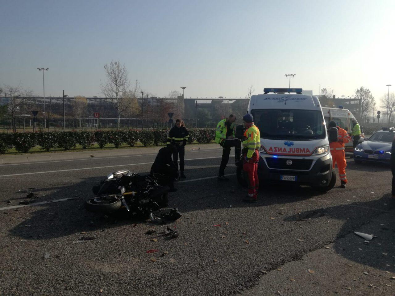 Grave incidente tra auto e moto