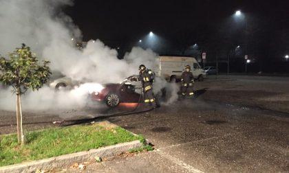 Auto a fuoco nella notte a Bollate