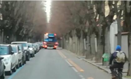 Camion in contromano in via De Amicis a Rho