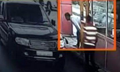 Paga pedaggio: la testa le resta incastrata tra auto e casello