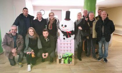 Lega come Babbo Natale: porta i panettoni in rsa