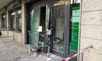 Spaccata in banca, sfondano le vetrine e fanno esplodere il bancomat