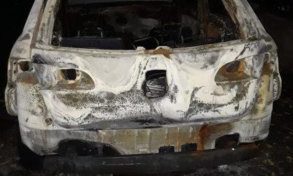 Auto in fiamme nella notte a Nerviano FOTO