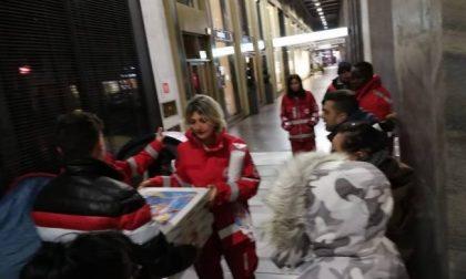 Gli ordinano 60 pizze ma non si presentano, lui le porta ai senzatetto