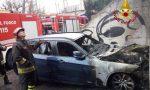 Auto a fuoco a Rho, le fiamme raggiungono un magazzino FOTO