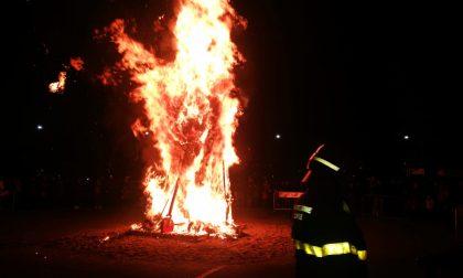 Brucia la Befana a Tradate in piazza Mercato FOTO