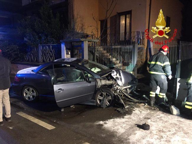 Auto contro cancellata: arrivano anche i pompieri