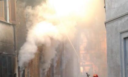 Abitazione in fiamme, donna intossicata LE FOTO