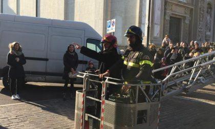 "Don Giuseppe ""pompiere"": va in cima all'autoscala"