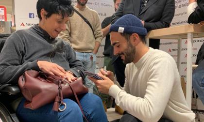 Marco Mengoni ad Arese: fan in delirio e divieto d'ingresso alla stampa