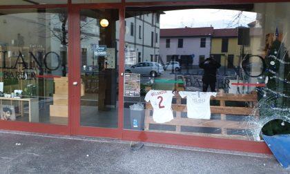 Vandali a Pogliano spaccano la vetrina di un negozio