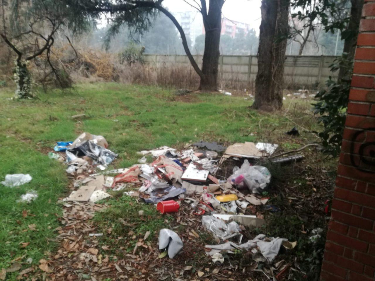 Casa piena di rifiuti e topi vicino alla scuola foto - Casa piena di zanzare ...