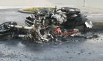 Centauro cade dalla moto e questa prende fuoco FOTO