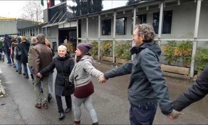 L'abbraccio di 400 persone in difesa dei diritti umani – FOTO