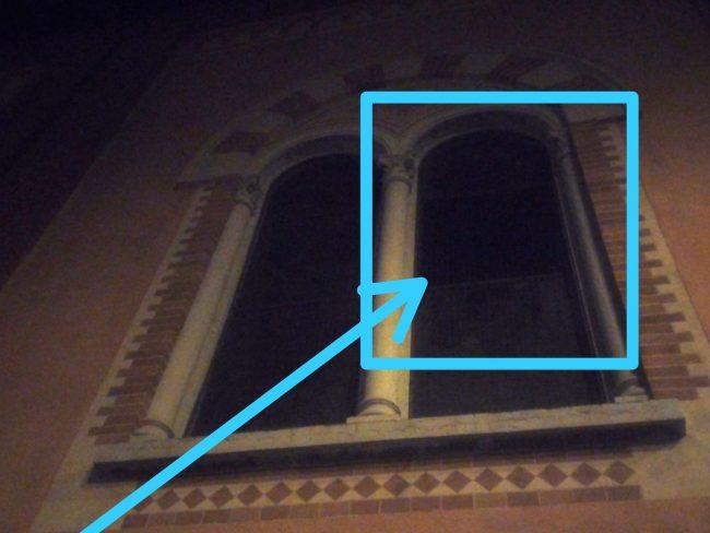 Vento forte, tetto scoperchiato e vetrata della chiesa infranta