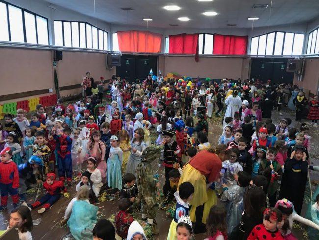 Carnevale alla scuola Gajo tra balli, canti e spettacoli itineranti