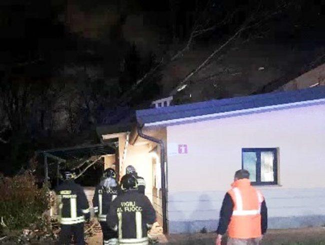Cassinetta, albero crolla sul tetto della scuola