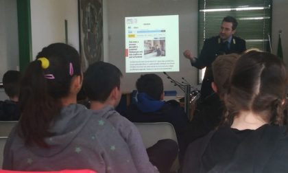 Pericoli di internet e bullismo, studenti a lezione con forze dell'ordine e vigili
