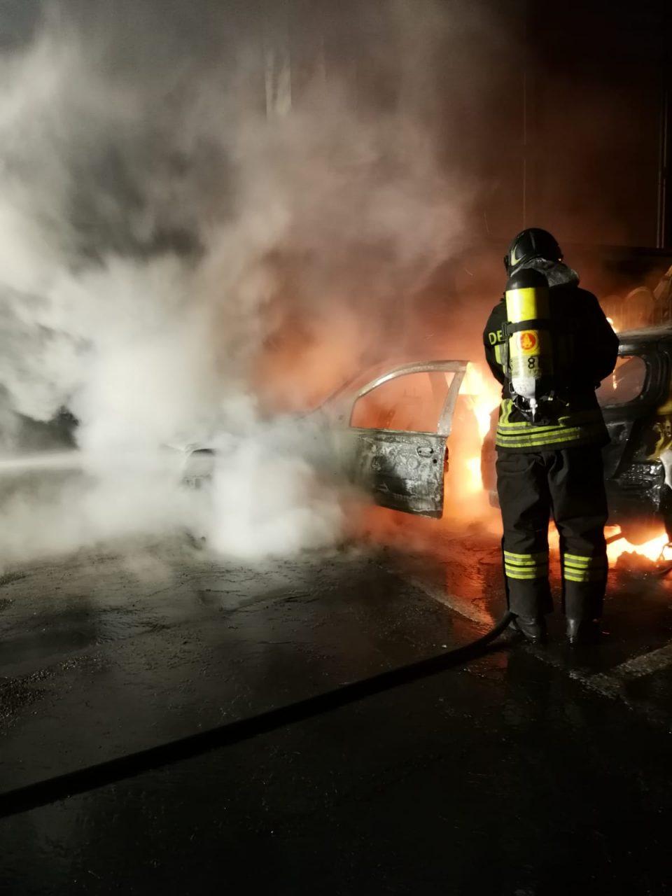 Due auto in fiamme