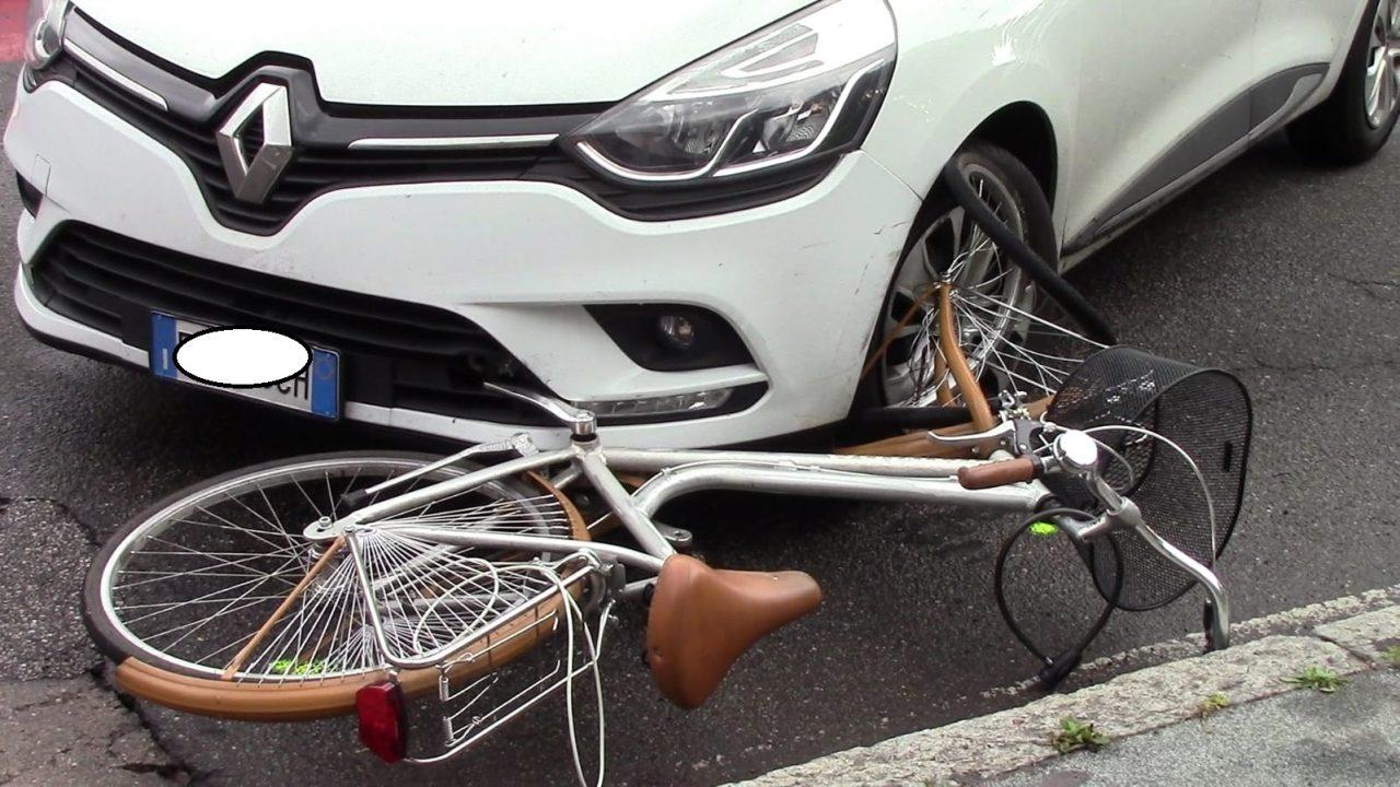 Ciclista investita all'incrocio, paura a Legnano