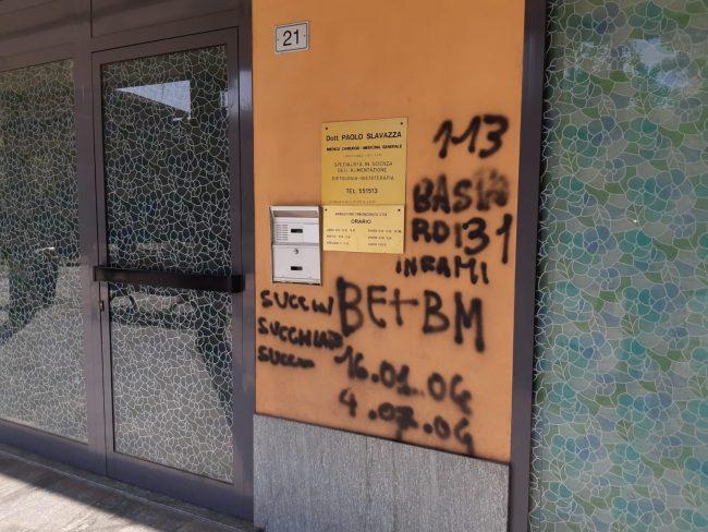 Vandali scatenati imbrattano muri e centro cattolico &#8211&#x3B; FOTO