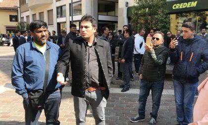 """Famiglie islamiche in piazza Formenti """"controllate"""" dalle forze dell'ordine"""