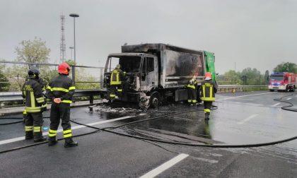 Compattatore Amsa in fiamme in Tangenzialina, pompieri al lavoro