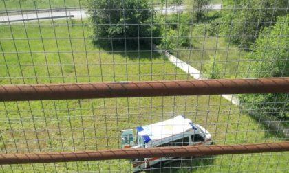Si ferma con l'auto in Tangenziale, scende e si butta da un ponte