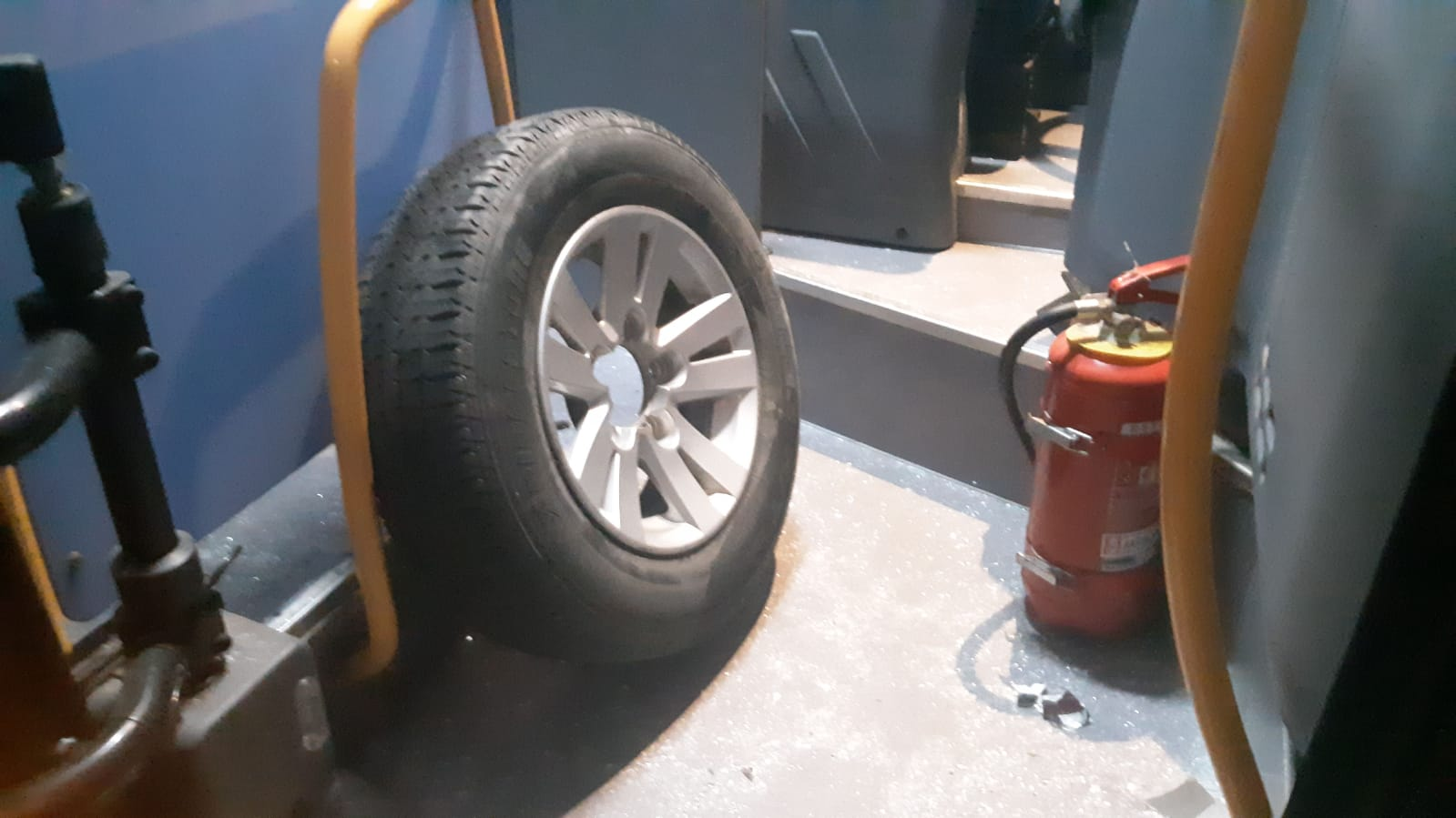 furgone perde una ruota lungo il sempione, colpito un pullman