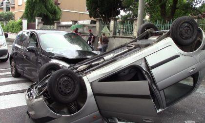 Incidente stradale a Castellanza: un'auto si ribaltaFOTO