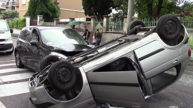 Incidente stradale a Castellanza: un&#8217&#x3B;auto si ribaltaFOTO