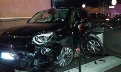 Incidente tra auto nella notte: 4 persone coinvolte - LE FOTO