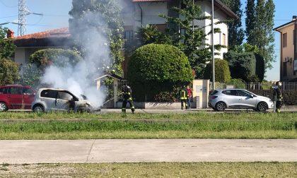 Automobile in fiamme a Corbetta FOTO
