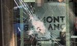 Ladri cercano di assaltare cartoleria e bar: vetrina presa a picconate FOTO