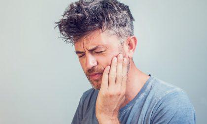 Cos'è il bruxismo? Cause, sintomi e rimedi quando si digrignano o si serrano i denti