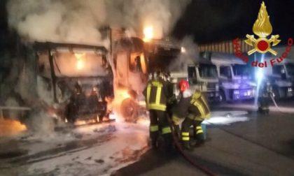 Incendio a Lomazzo: due camion avvolti dalle fiamme