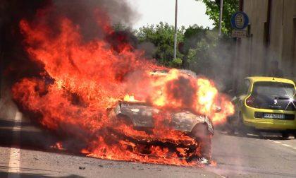 Auto in fiamme esplode a Olgiate Olona VIDEO E FOTO