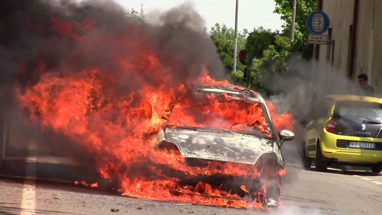 Auto in fiamme a Olgiate Olona