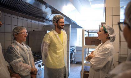 Marco Bianchi in visita al centro cottura di Legnano