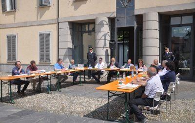 Primo Consiglio in piazza e la Giunta annuncia il taglio di stipendi