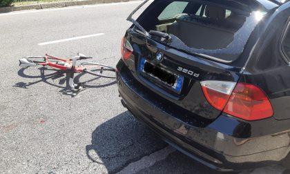 Pensionato in bici tampona l'auto davanti a lui e finisce nel lunotto posteriore