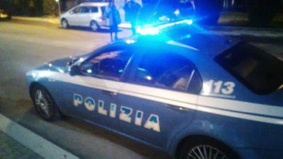 Gira per strada col volto insanguinato e si scaglia contro l'auto dei poliziotti: bloccato